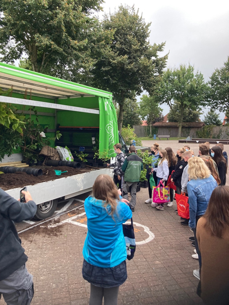 170 Schüler pflanzen 170 Klimabäume!
